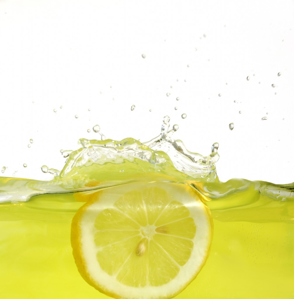 instant_highdefinition_pictures_of_lemon_falling_into_water